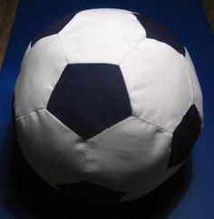 Echt leuk om te maken en om kado te doen deze net echte voetbal voor baby en peuter. Print de patroontje voor de vijfhoekjes (pentagon)en...