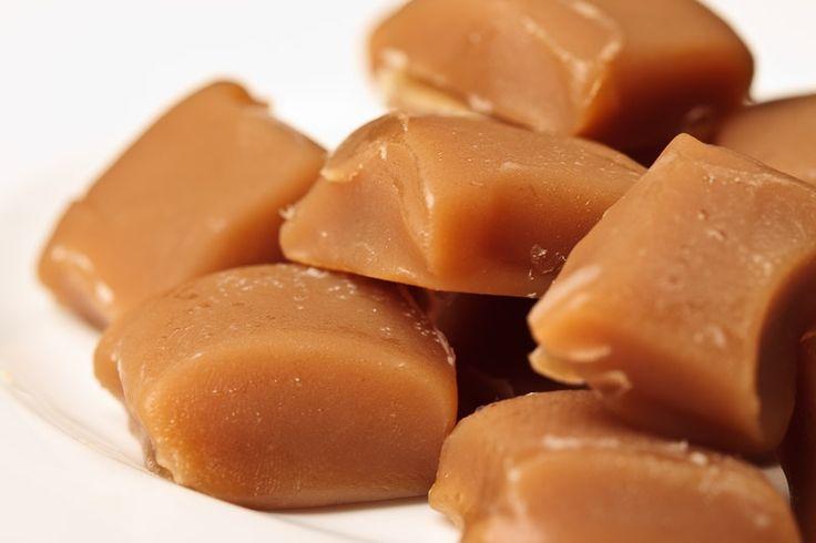 Házi vajkaramella-4 - Hozzávalók 6 adag 250 ml tejszín 250 g cukor 6 dkg vaj 1 csomag vaníliás cukor 6 dkg méz 3 csipet só