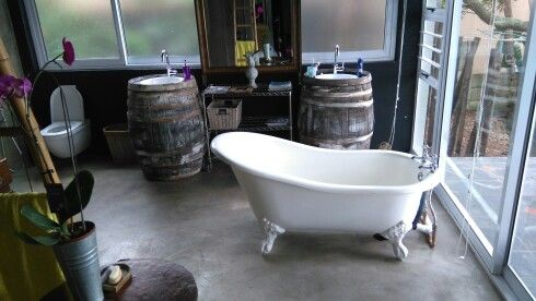 Awesome freestanding bath with a view of the ocean