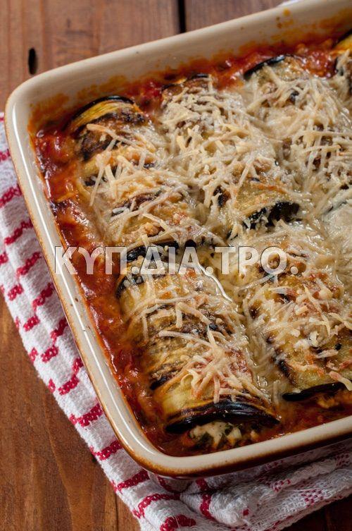 Ρολά μελιτζάνας, ψημένα σε σάλτσα ντομάτας.