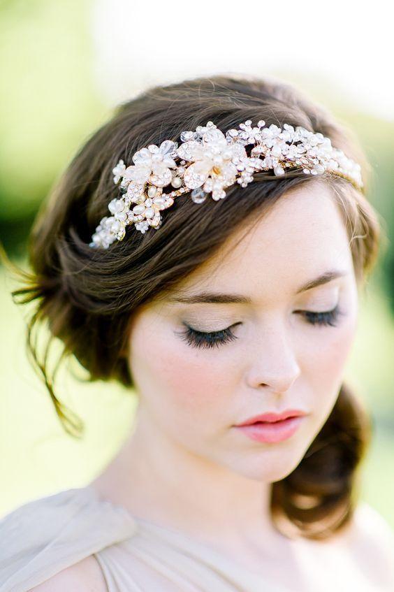 華やかフェミニンな桜のヘッドドレスを使ったナチュラルヘア♡ ウェディングドレスに合う春らしい髪型一覧。ウェディングドレス・カラードレス・花嫁衣装に合うヘアアレンジまとめ。