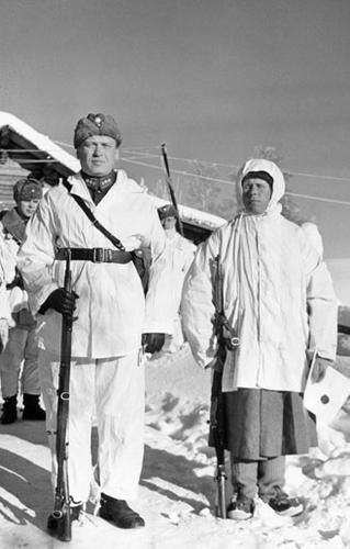 Sniper Simo Häyhä with his division commander after receiving honorary rifle. Kollaa, Ladoga Karelia, February 17, 1940