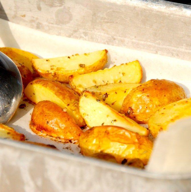 Lækre ovnbagte citronkartofler med oregano, og kartoflerne er glimrende tilbehør til blandt andet grillet kød. Foto: Madensverden.dk.