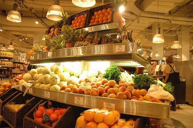 Il 21 maggio in Francia è stata approvata una legge che obbliga i supermercati a non buttare il cibo invenduto, ma a donarlo ad associazioni di beneficenza. In Italia si spreca meno: siamo più bravi o più in crisi?