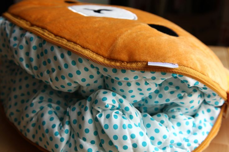 Cute blanket that folds away nicely into a Rilakkuma pillow when you are not using it! Great for bringing travelling and taking a quick nap!