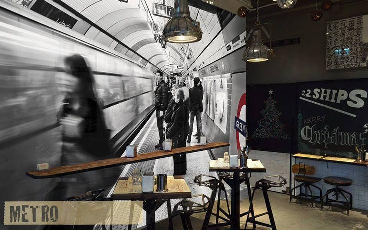 Avete mai pensato ad una carta da parati che invece di chiudere visivamente uno spazio vi porti a guardare oltre? METRO - Wallpaper con foto in profondità #Creativespace #Wallpaper #CartaDaParati #Arredamento #Design #InteriorDesign #Interni #Bar #Store