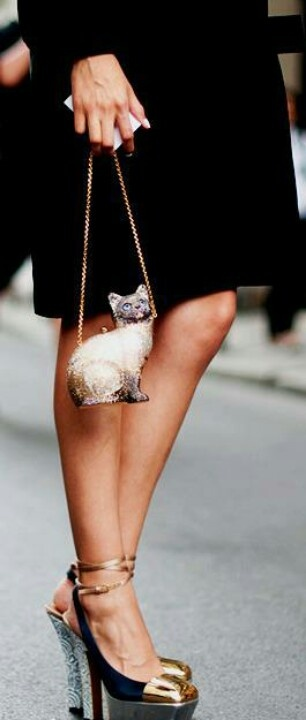 The catty bagCarteras Gatos, Kitty Clutches, Bags レ, Streetstyle Vogue, Crazy Cat, I Love Cat, Models Street Style, Cat Lady, Catty Bags