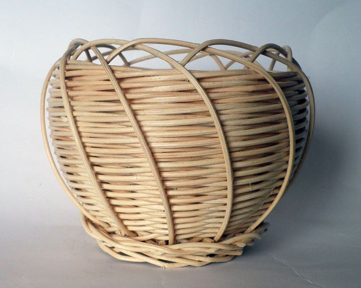 Cestino a forma bombata con decori a spirale e bordo intrecciato: a metà fra un guscio ed un nido! Materiale: midollino Forma: rotondo (diametro massimo 13 cm, altezza 11 cm, peso 55 g) ACQUISTA QU…