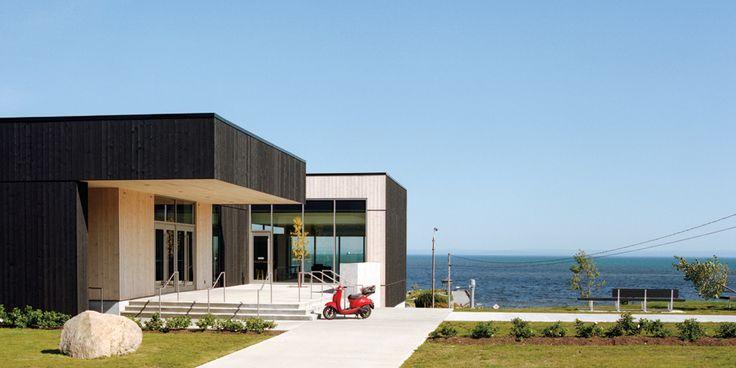 Dans la campagne vallonneé de Charlevoix, au Québec, pousse aujourd'hui une surprenante architecture contemporaine. Cette petite région québécoise aspire à jouer dans la cour des grandes destinations.
