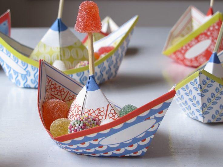 Deze lieve bootjes zijn eco vriendelijk gemaakt en zijn leuk huwelijksbootje, geboortebootje, nieuwe-baan-boot, verjaardags-schip en traktatieschuitje.