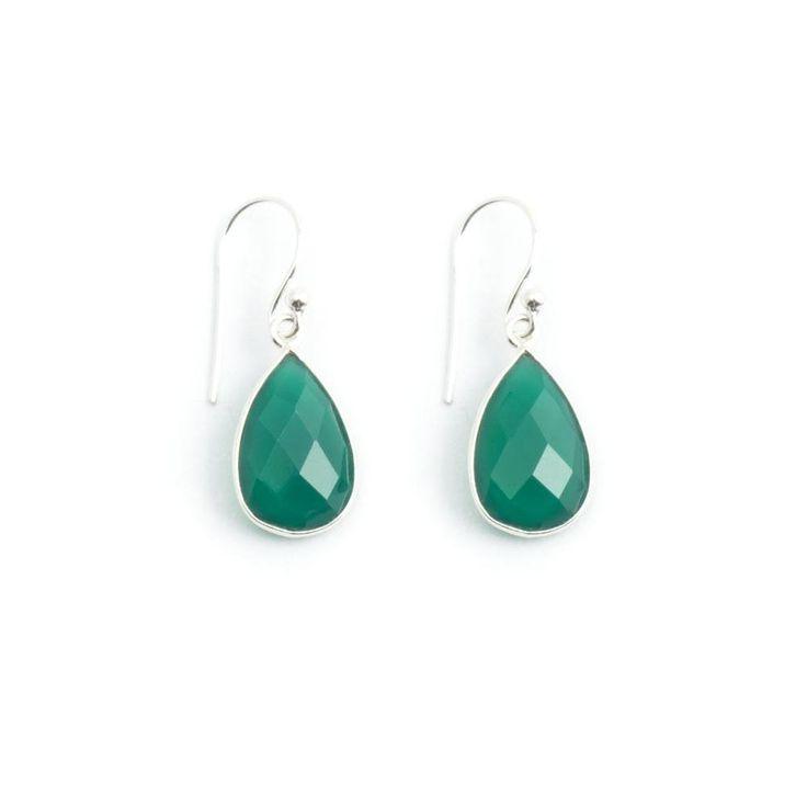 Druppelvormige groene oorbellen met onyx. Door de fijne sterling zilveren zetting valt het licht mooi in de edelsteen.