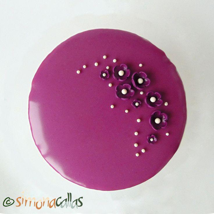 Tort Entremet cu violete si ciocolata Este inutil să vă spun cât de rafinat este acest tort. Blatul din migdale, umplutura fină, cremoasă şi parfumată...