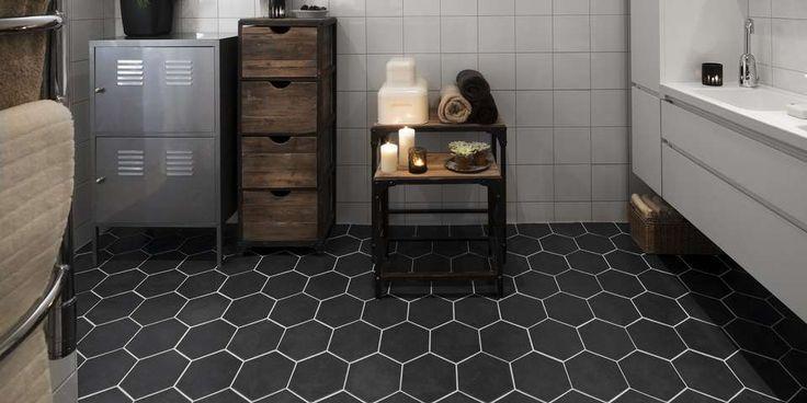 HEXAGONFLISER: Små sekskantede fliser i retrostil, også kjent som hexagonfliser, er populært. Dette gulvet er flislagt med hexagonfliser fra Konradssons.