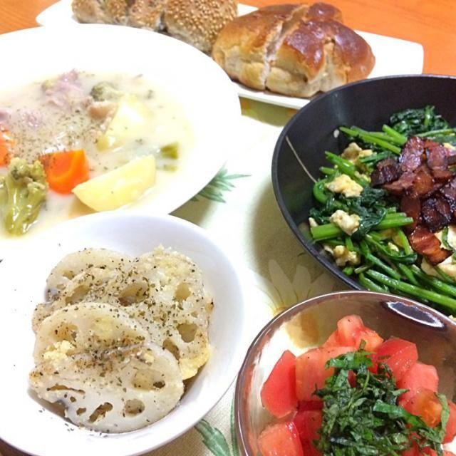 クリームシチューとほうれん草たまごカリカリベーコンの炒め物とレンコンのチーズ焼き、トマトとすだちとシソのサラダ(^ω^) - 2件のもぐもぐ - クリームシチュー by mika914