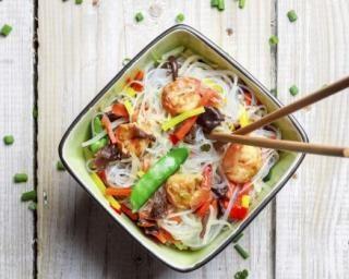 Nouilles chinoises sautées aux crevettes et légumes