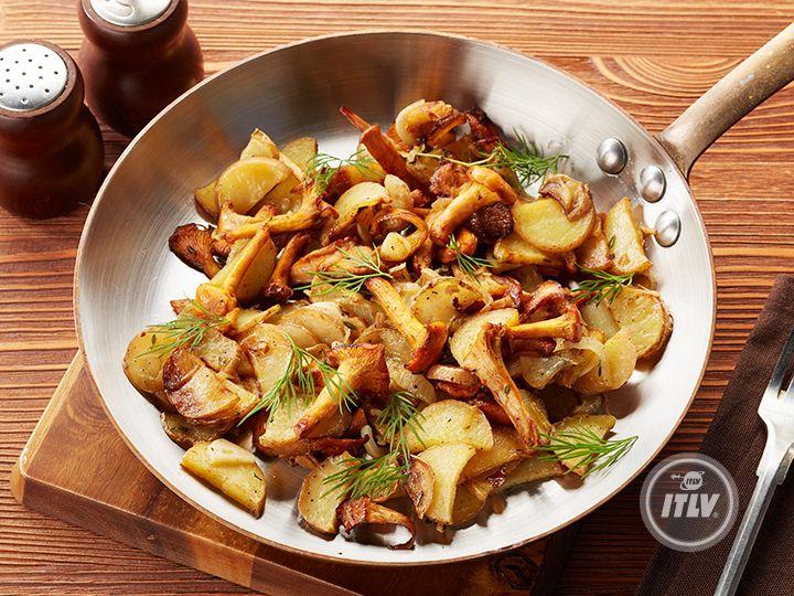 Жареный молодой картофель, с лисичками, луком и зеленью