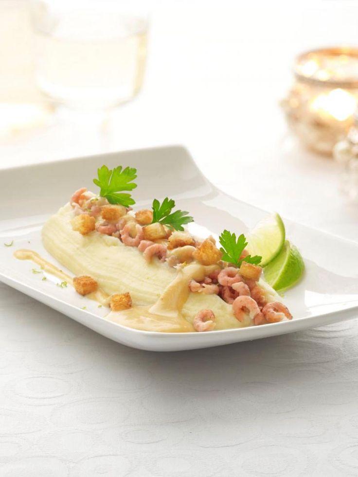 Aardappelmousseline met garnalen en een kreeftenbotersausje http://njam.tv/recepten/aardappelmousseline-met-garnalen-en-een-kreeftenbotersausje