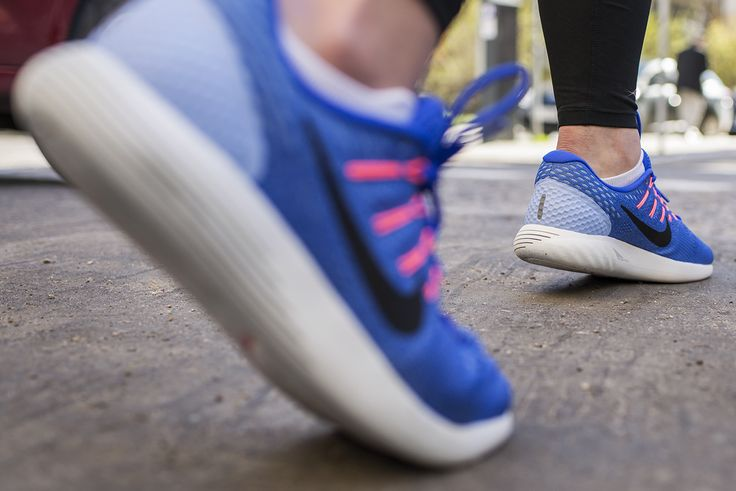 Nike Lunarglide 8 to propozycja dla szukających amortyzowanego buta do biegania po twardej nawierzchni.  Cholewka Flymesh wykonana została z nieco grubszej siatki, wciąż dobrze oddychającej, ale o większej trwałości.Usztywnienie pięty jest w pełni zintegrowane z cholewką