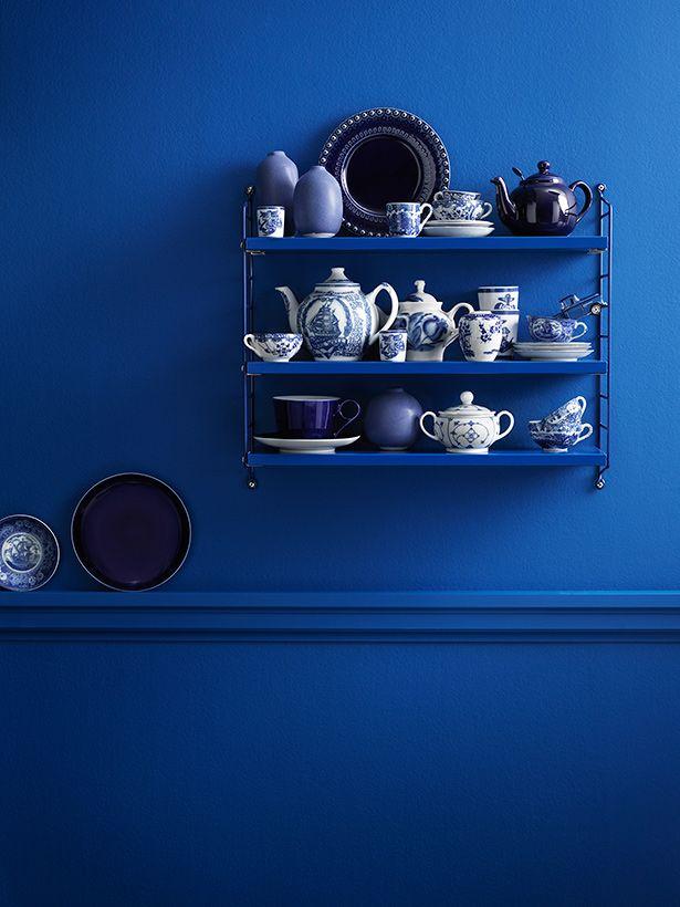 blaues Porzellan vor strahlend blauer Wand
