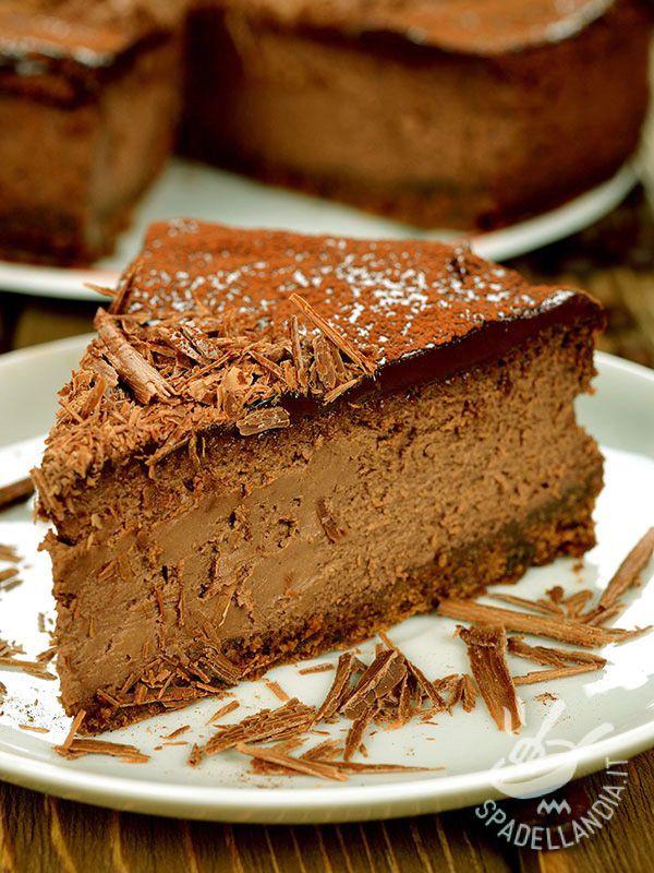 La Torta alla mousse di cioccolato è una preparazione dolce che appagherà il palato dei vostri invitati: dai più grandi ai più piccoli! Irresistibile!