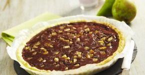 Préchauffez votre four Th.7/8 (220°C). Déroulez la pâte et coupez-la en 8 rectangles. Piquez chaque rectangle avec une fourchette et badigeonnez-les de la moitié du chocolat fondu. Ajoutez la pomme râpée et roulez-les. Badigeonnez d'un mélange jaune et eau. Saupoudrez de sucre et ajoutez des amandes. Faites cuire sur la plaque du four recouvert de papier sulfurisé 10 minutes. Trempez une extrémité dans le chocolat restant et placez au réfrigérateur 10 minutes.