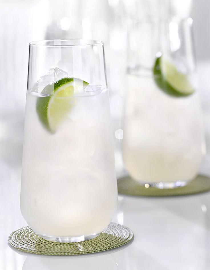 Recette Cocktail rhum tonic au citron : Mélangez le rhum, le jus de citron et le tonic dans un verre haut rempli de glaçons. Ajoutez une rondelle de citron. S...