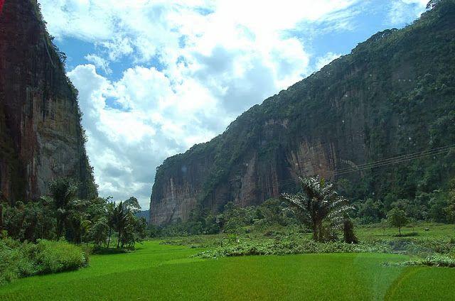 Lembah Harau ini terlatak dekat dengan kota Payahkumbuh, dan lembah ini diapit oleh dua bukit cadas yang terjal dengan ketinggian lebih kurang 150 meter.