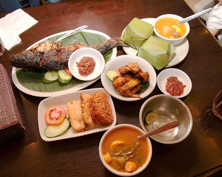 Uma seleção de comidas tradicionais indonésias, como peixe assado, nasi timbel (arroz enrolado em folha de bananeira), sambal, tempeh frito, tofu e sayur asem. // Food Sundanese Restaurant, Jakarta ◆Indonésia – Wikipédia http://pt.wikipedia.org/wiki/Indon%C3%A9sia #Indonesia
