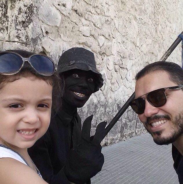 """Repost Por @juanmacasas01:  """"Selfie con el pescador #selfie #cartacho #murallas @teshie25""""// Nada como pasear por la Cuidad Amurallada con una hermosa compañía y unos buenos lentes de sol  #clientesfelices"""