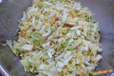 Osvěžující salát z čínského zelí čínské (pekingské) zelí, jablíčka, kukuřice, majonéza, sůl, bílý pepř POSTUP PŘÍPRAVY Zelí nakrájíme nadrobno, přidáme na kostičky nakrájená jablíčka a kukuřici. Posolíme, popepříme a vmícháme trošku majonézy, zelenina ještě pustí šťávu, takže s majonézou opatrně.