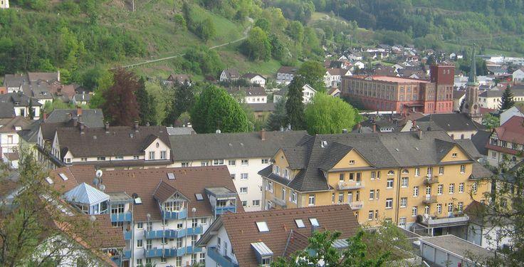 Zell im Wiesental (Baden-Württemberg): Zell im Wiesental ist eine Stadt im Landkreis Lörrach in Baden-Württemberg, Deutschland. Sie wurde wahrscheinlich zu Beginn des 11. Jahrhunderts im Oberen Wiesental als Mönchszelle/Klause des Säckinger Fridolinsklosters gegründet und im Jahr 1275 erstmals urkundlich erwähnt. Zell war Mittelpunkt eines stiftsäckingschen Dinghofes, für den ab dem 14. Jahrhundert die Herren von Schönau das Meieramt hatten. Der Hauptort und die umgebenden Dörfer gehörten zu…