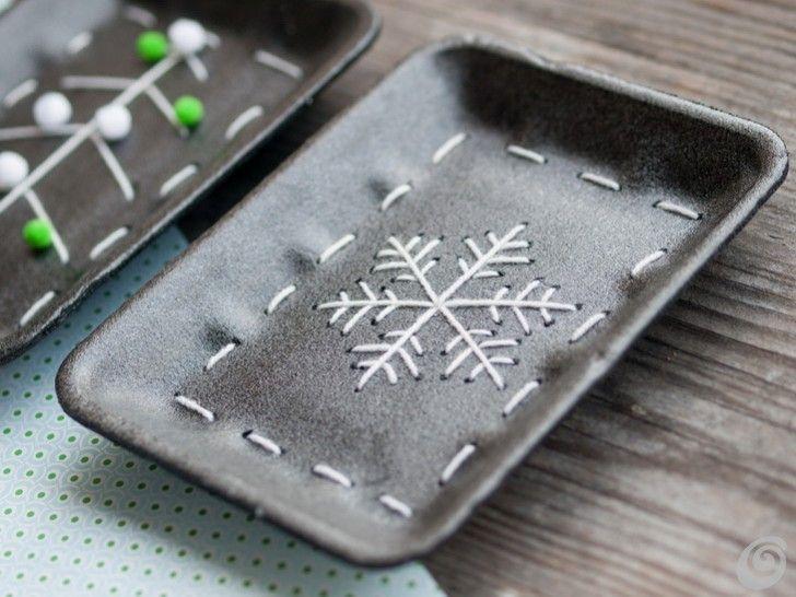 Lavoretti natalizi per i bambini: ricicliamo i vassoi del supermercato insegnandoli a cucire