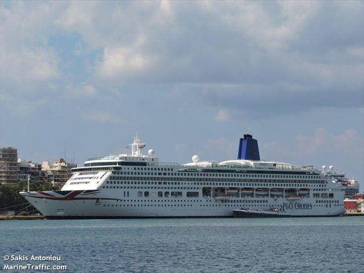 Το Aurora, με μπλε φουγάρο, πλευρισμένο στον Πειραιά. 22/08/2015.