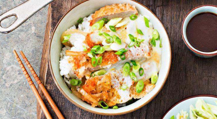 Recept på katsudon. Katsudon betyder risskål med tonkatsu, friterad fläskkotlett. Kotletten blir saftig och smakrik av fritering när köttet ångas -innanför det krispiga skalet. Färdig tonkatsusås finns att köpa i asiatiska butiker.