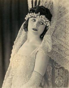 Pola Negri en traje de novia de Eugene Robert Richee, 1920.