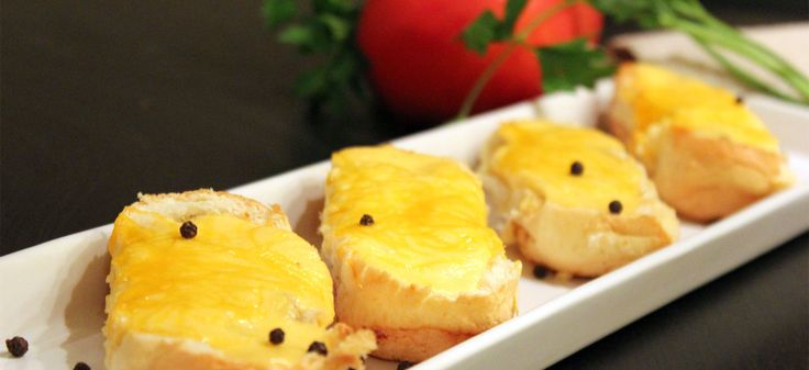 Brioche γεμιστά με πικάντικο κιμά και μπεσαμέλ γιαουρτιού