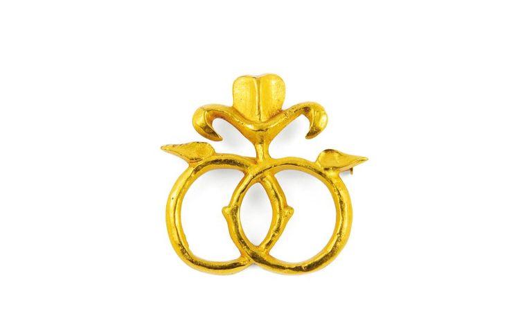 """* LINE VAUTRIN Broche """"Bouton de rose"""" symbolisant un mariage épineux Années 1950 Bronze doré Monogrammée"""