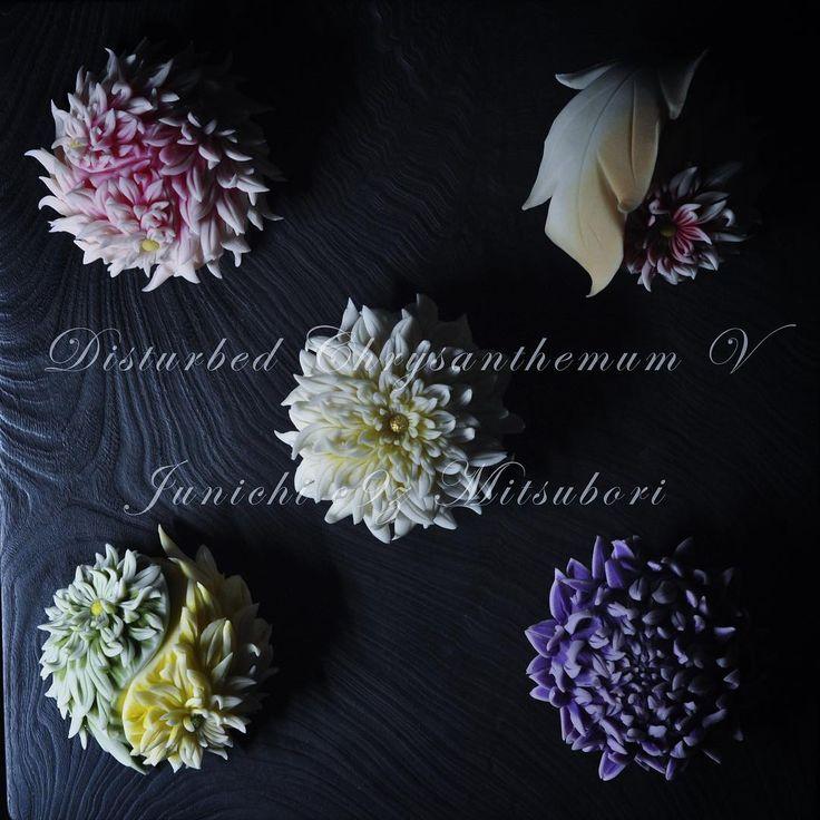 #一日一菓 #菓道 「 #針切り乱菊五盛」 #wagashi of the Day #HARIKIRi #煉切 製 #針切り 先ずは本日御来場、御清聴下さいまして誠にありがとうございました。 本日も過去作品の再投稿になりますが「 針切り乱菊五盛菊」です。 お陰様で本日のセミナーも昨日に増して大盛況のうちに終えることが出来ました。 持ち時間の関係で、2ステージ目に針切りのお手前を披露させて頂けなかったので、 こちらにて失礼します。 明日は15:30〜の1ステージにて最終日です。 阪急百貨店うめだ本店 9F 祝祭広場催場 にて 皆様のご来場、心よりお待ちしております。 #JunichiMitsubori #和菓子 #一菓流 #ART #アート