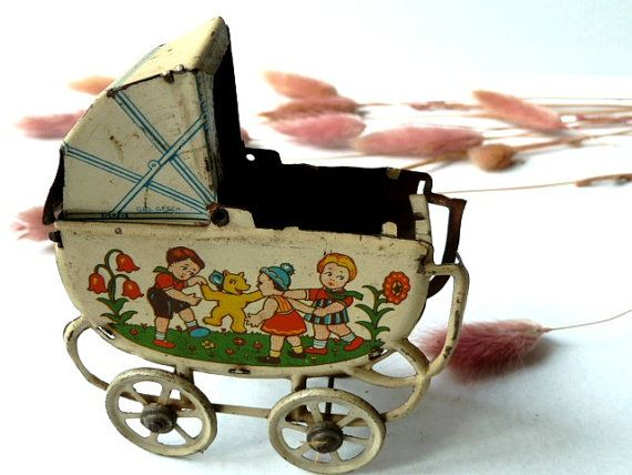 Antieke Franse pop baby wieg.  Tin kinderwagen. Speelgoed.1900s