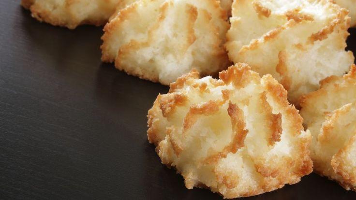 Kokosmakroner med tranebær og mandler er en lækker dansk opskrift, se flere dessert og kage på mad.tv2.dk