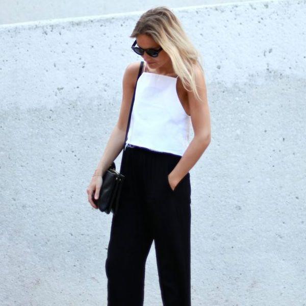 Look verão com blusa cropped branca e calça de cintura alta preta.