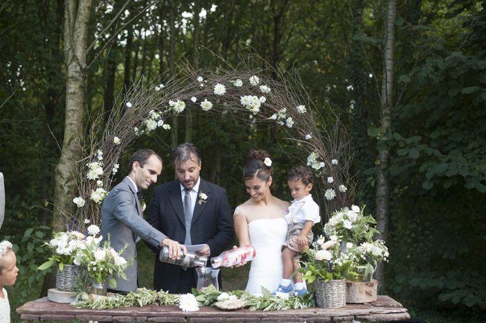 http://www.couturehayez.com/blog/cerimonia-nel-bosco-per-stefania-e-matteo-ispirazione-country-chic/ cerimonia-nuziale-campestre-con-vasi-che vengono-svuotati