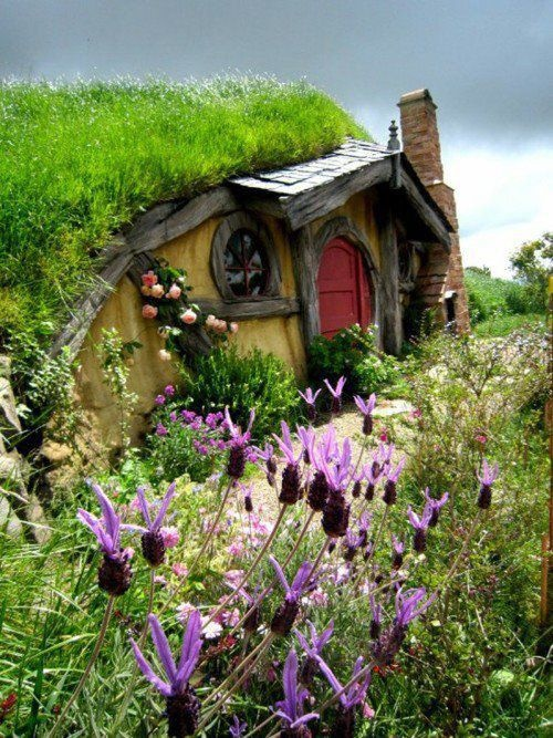 Love hobbits and hobbit houses! It would be so cool to live in a hobbit  house! Hobbit House, Rotorua, New Zealand