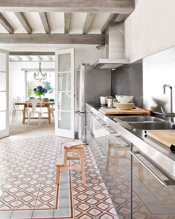 rvs keuken - portugese tegels - balkenplafond - dubbele glasdeuren