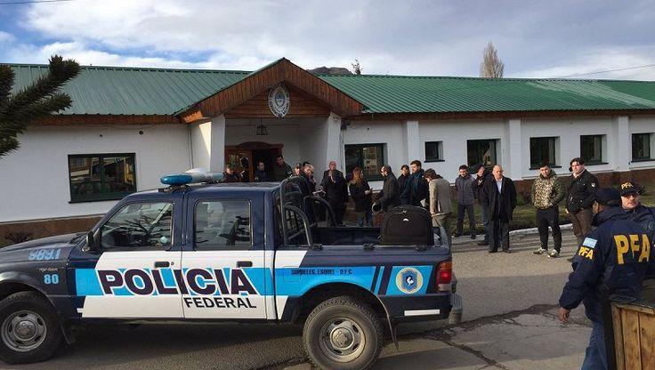 Fuente: BarilocheOpina /http://www.barilocheopina.com/noticias/2017/08/20/31976-ya-son-tres-los-escuadrones-de-gendarmeria-allanados-por-el-caso-maldonado  El juez federal de Esquel Guido Otranto ordenó allanar el Escuadrón 37 de Gendarmería en la localidad chubutense de José de San […]