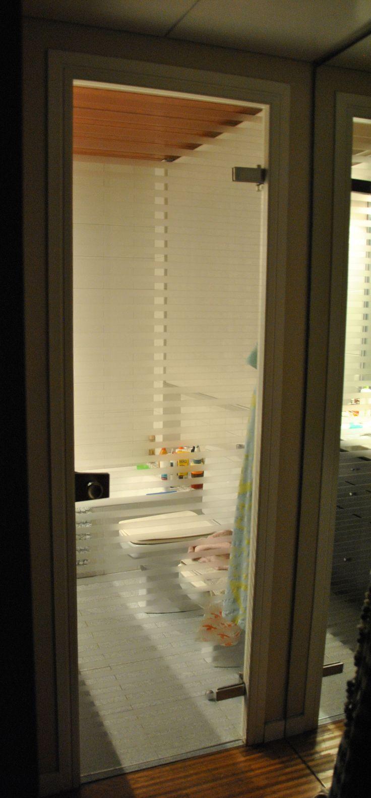 Puerta de vidrio con franjas traslucidas