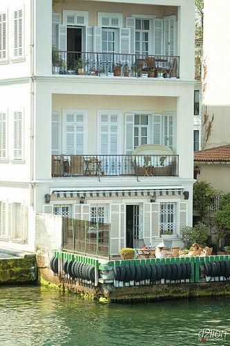 Les rives du Bosphore dévoilent des trésors cachés. Ici, un immeuble où trois femmes discutent sur la terrasse.  The banks of the Bosphorus river reveal some hidden treasures. Here, we can see a building where three women discuss on the terrace.