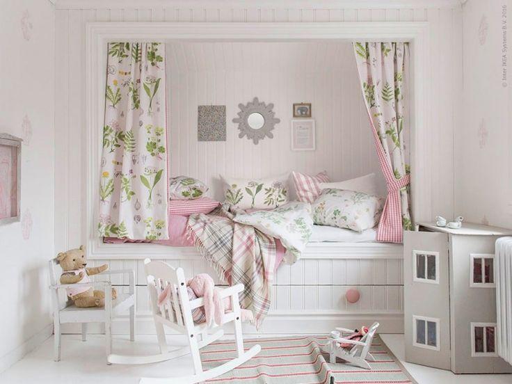 I den platsbyggda kojsängen sover man gott. Sängkläderna STRANDKRYPA har fått sätta stilen för resten av inredningen med sina sirliga blommor i fina färger.