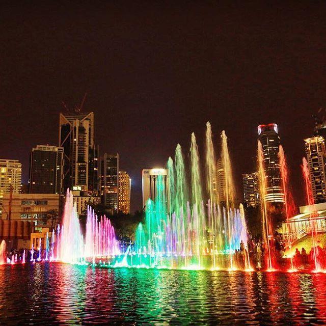 Instagram【tbgrpr】さんの写真をピンしています。 《Malaysia Kuala Lumpur 開発が進むクアラルンプールの象徴、ツインタワーの下では美しいショーを見学。この国の著しい発展を感じられる場所です。 #Malaysia #KualaLumpur #asia #twintower #show #park #travel #journey #マレスタ #マレーシア #クアラルンプール #旅 #旅行 #バックパッカー #夜景》