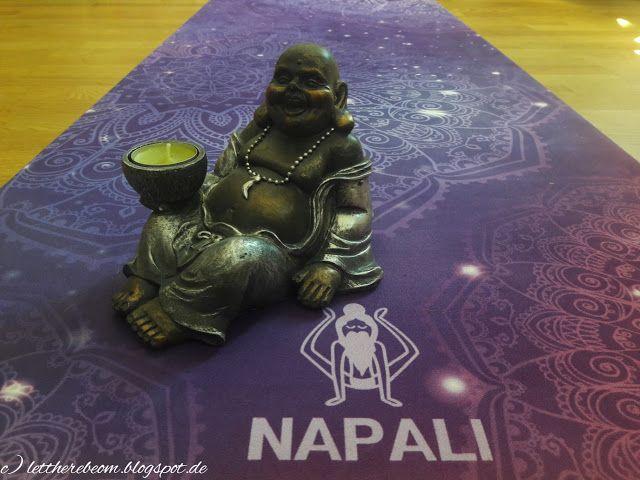 Die perfekte Yogamatte ist eine funkelnde Öko-Wohlfühlzone   Namaste! Schon öfter wurde ich gefragt welche Yogamatte ich empfehlen könnte. Die wichtigsten Kriterien waren für mich bisher: dünn und rutschfest für einen guten Stand bei den Übungen. Doch die Matten von Napali haben mich mit weiteren Faktoren überzeugt: plastikfrei weich und wunderschöne Prints. Da ist man doch gleich noch mehr motiviert täglich seine Übungen zu machen!  Ab auf die Matte - und wohlfühlen!  Ich predige euch…